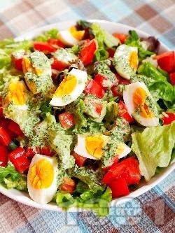 Свежа салата с домати, яйца и сос от целина - снимка на рецептата